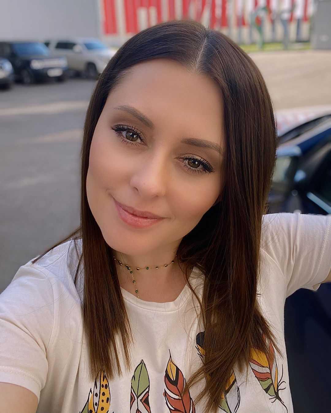 «Горячая красотка»: Мария Кравченко побаловала фанатов дерзким образом в сексуальном наряде
