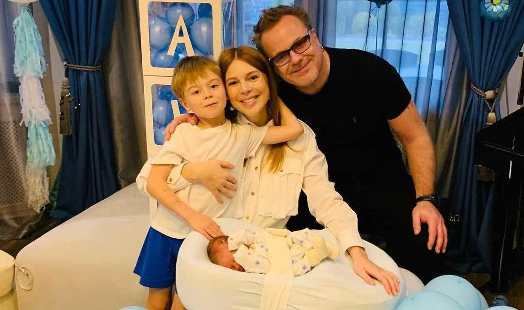 «Теперь все дома!»: Наталью Подольскую выписали с малышом из роддома